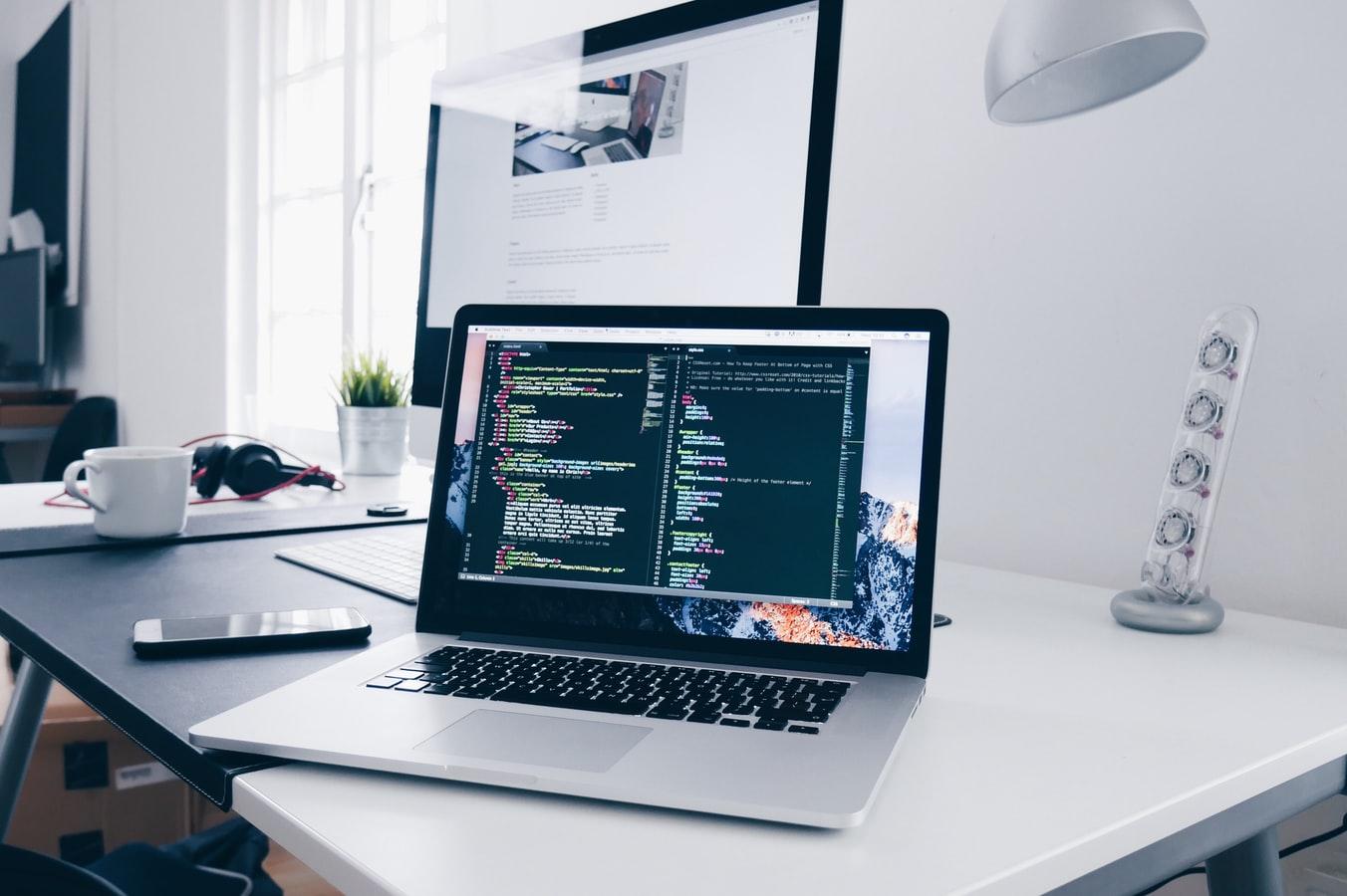 Ordinateur avec une fenêtre de code HTML