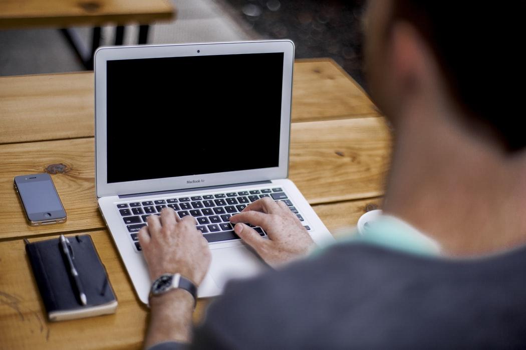 Une personne tapant du texte sur un ordinateur portable