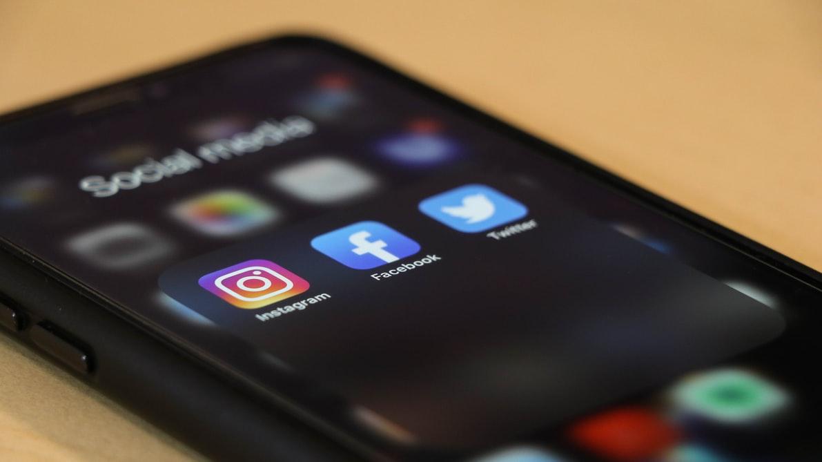 Image d'un smartphone avec des icônes de réseaux sociaux